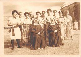 WALLIS-et-FUTUNA  - Cliché De Religieuses Avec Des Elèves Après Une Messe De Mariage à WALLIS En 1945  -Voir Description - Wallis E Futuna