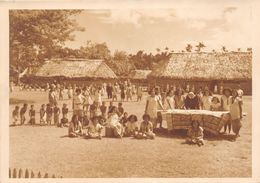 WALLIS-et-FUTUNA  -  Cliché D'Enfants Dans Une Cour D'école à WALLIS - Religieuses  - Voir Description - Wallis-Et-Futuna