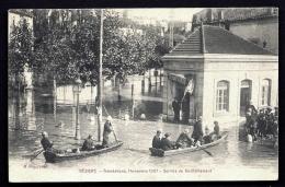 CPA ANCIENNE FRANCE- BEZIERS (34)- INONDATIONS DE 1907-  SERVICE DE RAVITAILLEMENT- TRES BELLE ANIMATION- OCTROI INONDÉ - Beziers