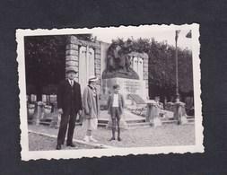 Photo Originale Vintage Snapshot  Devant Le Monument Aux Morts De Commercy M. Le Dr. Tran Minh 1937 - Lieux