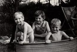 Photo Originale Toilette & Gamin Cul Nu Pour Un Bain En Baignoire De Tôle Des 2 Frères Surveillés Par La Soeur Vers 1960 - Persone Anonimi