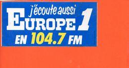 Autocollant - Publicité - Europe 1 J'écoute Aussi En 104.7 Fm Radio (dimensions 16x 7.5 Cm) - Autocollants