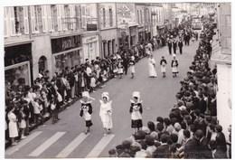 Lot De 2 Anciennes Photos Années 60 Défilé Reine De Concarneau à Douarnenez - Personnes Anonymes