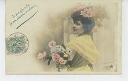 """LA GUERCHE SUR L'AUBOIS - Jolie Carte Fantaisie Femme Et Fleurs """"De LA GUERCHE, Je Vous Envois Ces Fleurs """" - La Guerche Sur L'Aubois"""