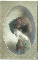 Mode. Femme Et Grand Chapeau. - Moda