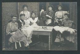 Marcinelle. Superbe Photo-carte La Parisienne. Atelier De Couture En 1908. Les Couturières, Machine à Coudre. 3 Scans. - Charleroi
