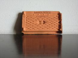 Véritable Mini Tuile Vernissée En Terre Cuite Publicitaire Début 20ème Siècle Simon & Cie  Roumazières Charente 8,4x5cm - Publicité