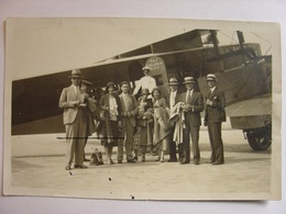 PHOTO 1930 - AVIATION - THE GOLDEN RAY LE RAYON D'OR - GROUPE DE 8 PERSONNES SUR TARMAC DEVANT AVION - TIRAGE D'EPOQUE - Aviation