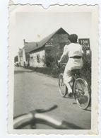 Femme à Vélo Avec Un Panneau Toni Kola - Cycling