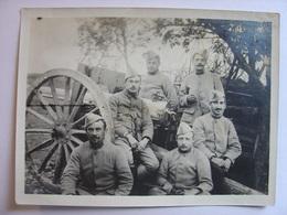 PHOTO 1915 - UN GROUPE DE MILITAIRES POSENT DEVANT UNE PIECE D'ARTILLERIE - BONZEE EN WOEVRE - 21 SEPTEMBRE 1915 Poilus - War, Military