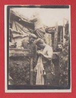 Photo  -  Soldats Allemands Dans Une Tranchée   -  épouillage - Guerre 1914-18