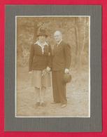 Photographie Ancienne Sur Carton - Cliché Extérieur D'un Couple - Anonymous Persons