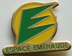 BB  359 )....TRACTEUR / ENGIN AGRICOLE / AGRICULTURE/.......ESPACE EMERAUDE - Pin's