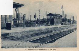 CPA  -  BERGUETTE - ISBERGUES  (62)  La GARE  ( Locomotive à Vapeur)  Carte Abimée, Coin Découpé - Isbergues