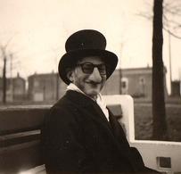 Petite Photo Originale Déguisement Chapeau Haut De Forme & Faux Nez - Anonymous Persons