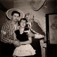 Amusante Photo Originale Déguisement & Adultes Vers 1960 - Chinois, Bodins & Servante ! - Anonymous Persons