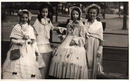 Amusante Photo Originale B.B. - Déguisement & Jeunes Princesses, Les élégantes Adolescentes Au Parc En 1949 Légende Dos - Anonymous Persons