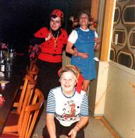 Photo Carrée Couleur Originale Déguisement & Adultes - Pit & Rik, Coccinelle & Travesti écolière à La Sheila 1980 - Anonymous Persons