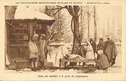 Soins Des Malades à La Porte Du Dispensaire, Baramulla (Indes), Missionnaires De Marie En Mission, Non Circulée - Missions