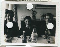 Polaroid N/B  Evian Ambassadeur Repas Famille 3 Génération  Enfant Mère Grand-mère Noeud Papillon Id 1970 - Anonymous Persons