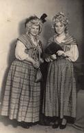 Photo Originale Déguisement De Soeurs Jumelles En Marquises Et éventails En 1951 - Anonymous Persons