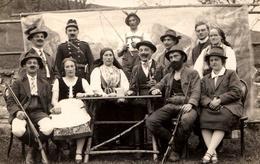 Carte Photo Originale Groupe De Chasseurs Bavarois, Fusils, Pipe Cavalier, Moustaches Impériales, Gendarme & Décor 1920 - Anonymous Persons