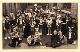 Carte Photo Originale Déguisement & Enfants Belges - Gamins Déguisés Dans La Cour De L'école Façon Charleston, Pinocchio - Anonymous Persons