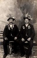 Carte Photo Originale Concrits Au Chapeau Fleuri De Werfen Le 09.12.1914 - Anonymous Persons
