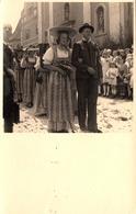 Photo Originale Costumes, Folklore Et Traditions - Cavalcade De Jeunes Femmes Au Chapeaux Accompagnées De Jeunes Hommes - Anonymous Persons
