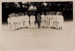 Photo Originale Déguisement Scolaire - Pierrot & Arlequin Et Leur Bande De Colombines Dans La Cour D'école - Anonymous Persons