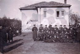 Very Old Real Original Photo - Group Of Young Men Soldiers With Their Rifles In Front Of A Building  - 9.2x6 Cm - Anonymous Persons