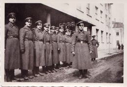 Very Old Real Original Photo - Group Of Young Men Soldiers In Front Of A Building  - 8.8x6.1 Cm - Anonymous Persons