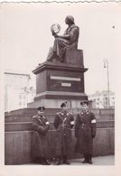 Very Old Real Original Photo - 3 Young Men In Military Uniforms In Front Of A Monument - 8.5x6 Cm - Anonymous Persons