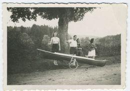Snapshot Femme En Maillot De Bain Avec Un Kayak Ou Canoé Remorqué - Bateaux