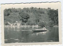 Femme En Maillot De Bain Sur Un Canoé Ou Kayak Sur Un Lac - Schiffe