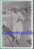 Femme En Chemise De Nuit, Tenant Une Bougie (Bizutage, Déguisement) - Format 9 X 6 Cm - Personnes Anonymes