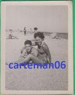 Un Couple En Maillot De Bain Sur La Plage (Pin-Up) - Format 9.1 X 7.1 Cm - Anonymous Persons