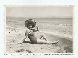 Bulgarian Woman With Hat Pose For A Photo Qa457-49 - Anonymous Persons