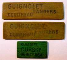 JETON . 3 JETONS . EN BOIS GUIGNOLET D'ANGERS COINTREAU KUMMEL CURSKY COINTREAU - France