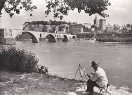 CPSM  Dentelée  En   NB  De  AVIGNON  (84)  -  Peintre  Au  Pont  St-Bénézet   //    TBE - Avignon