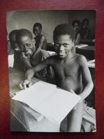 PHOTO TOGO à MANGO En 1966 à L'école En Classe En Costume Local Apprentissage Afrique Noire @ 10,7 Cm X 14,8 Cm - Africa