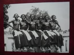 PHOTO Afrique Noire - Fillettes De GUINEE Après La Cérémonie De L'excision @ 24 Cm X 17,9 Cm - Femmes Demi Nues - Africa