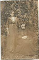 CPA Photo Vieille Femme Aveugle Posant Dans Un Jardin Avec Sa Fille (air De Famille) - Te Identificeren