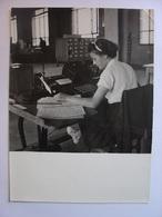 PHOTO ANNEES 1940 - COMPTABLE ? DACTYLOGRAPHE ? COMPTABILITE MACHINE A ECRIRE - Tirage D'époque - 13X18 - Professions