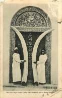 230318 AFRIQUE - TANZANIE - ZANZIBAR The Two Large Ivory Tusks With Zanzibar Carved Door Zanzibar - Tansania