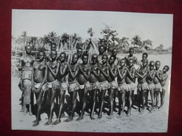 PHOTO Afrique Noire - CAMEROUN BAFIA Danseuses Et Musiciens Au Tam Tam En Costume Local !  23,8 Cm X 18 Cm - Femmes Nues - Afrique