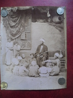 PHOTO Vers 1905 Légendée ECOLE EGYPTIENNE Afrique Du Nord Egypte Maitre Professeur élèves Garçons @ 21,5 Cm X 27,2 Cm - Africa