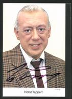 AK Schauspieler Horst Tappert Lächelt Im Anzug In Die Kamera Mit Autogramm - Acteurs
