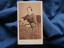 Photo CDV Touzery Dit Gustave Jeune - Second Empire Femme Belle Robe à Petis Carreaux Circa 1865 L368 - Photos