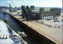 CP  à Tirage Limité - Accostage Au Quai De France De Cherbourg Du Queen Elizabeth 2 - Steamers